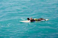 Obsługuje unosić się na fala na surfboard Fotografia Royalty Free