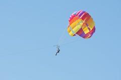 Obsługuje unosić się w niebie na spadochronie fotografia royalty free