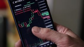 Obsługuje use smartphone dla interneta handluje crypto walutę swobodny ruch zdjęcie wideo