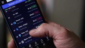 Obsługuje use smartphone dla interneta handluje crypto walutę swobodny ruch zbiory wideo
