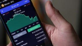 Obsługuje use smartphone dla interneta handluje crypto walutę swobodny ruch zbiory