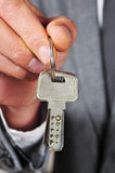 Obsługuje w kostiumu pokazuje kluczowego pierścionek Zdjęcia Stock