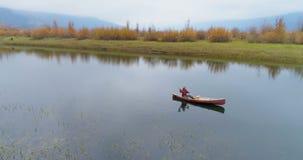 Obsługuje wiosłować łódź na jeziorze 4k zbiory wideo
