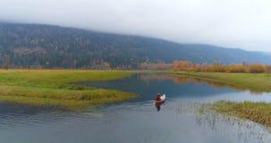 Obsługuje wiosłować łódź na jeziorze 4k zdjęcie wideo