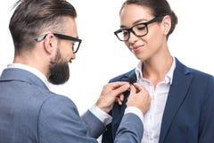 obsługuje wiszącego krawat klamerki mikrofon na kostiumu kolega, zdjęcia royalty free