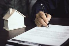 obsługuje writing i podpisuje na kontrakcie dom po wykończeniowego sellin Obraz Royalty Free
