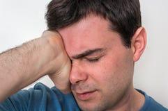 Obsługuje z oko bólem trzyma jego bolącego oko Zdjęcia Stock