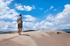 Obsługuje z wielkim plecakiem jest podróżny w pustyni indyk Fotografia Stock