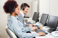 Obsługa Klienta agenci Pracuje W biurze Zdjęcia Royalty Free
