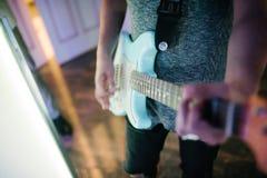 Obs?uguje bawi? si? gitary zbli?enie na fotografii indoors zdjęcia stock