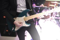 Obs?uguje bawi? si? gitary zbli?enie na fotografii indoors fotografia royalty free