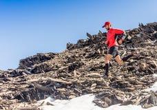 Obsługuje bieg na wiejskiej drodze podczas zmierzchu w górach Obraz Stock