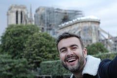Obs?uguje bra? selfie w pal?cym Notre Damae, Pary? zdjęcia royalty free