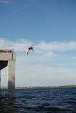 Obsługuje doskakiwanie w morze od mola Fotografia Stock