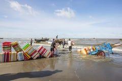 Obsługuje działanie na plażowym pobliskim Długim Hai rybim rynku zdjęcie royalty free