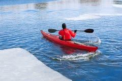 Obsługuje kayaking na czerwonym kajaku na rzece Zdjęcia Royalty Free