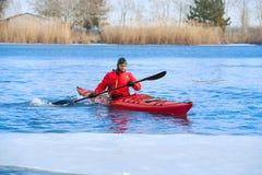 Obsługuje kayaking na czerwonym kajaku na rzece 03 Obraz Stock