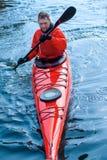 Obsługuje kayaking na czerwonym kajaku na rzece 08 Obraz Stock