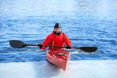 Obsługuje kayaking na czerwonym kajaku na rzece 05 Fotografia Stock