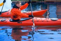 Obsługuje kayaking na czerwonym kajaku na rzece 07 Obrazy Royalty Free