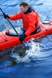 Obsługuje kayaking na czerwonym kajaku na rzece 09 Fotografia Stock