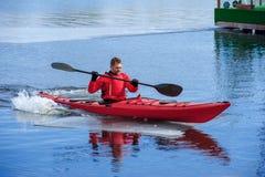 Obsługuje kayaking na czerwonym kajaku na rzece 11 Fotografia Royalty Free