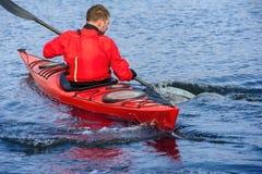 Obsługuje kayaking na czerwonym kajaku na rzece 10 Obrazy Royalty Free