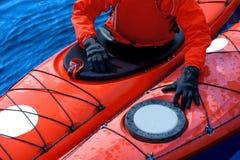 Obsługuje kayaking na czerwonym kajaku na rzece 14 Zdjęcie Stock