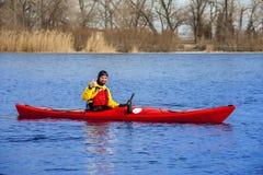 Obsługuje kayaking na czerwonym kajaku na rzece 15 Zdjęcia Royalty Free