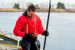 Obsługuje kayaking na czerwonym kajaku na rzece 18 Obrazy Stock