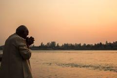 Obsługuje modlenie na riverbank Ganga rzeka w Rishikesh Zdjęcia Stock
