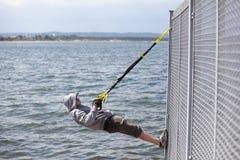 Obsługuje plenerowego, zawieszenia szkolenie przy morzem Obraz Royalty Free