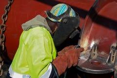 Obsługuje spawalniczego metal na budowie, Tradesman pracuje z zdjęcia stock