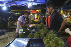 Obsługuje sprzedawania duran owoc przy PJ Pasar Malam fotografia stock