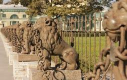 29 obsad żelaznych lwów blisko rezydenci ziemskiej Kushelev-Bezborodko przy Sverdlovsk Neva rzeką, St Petersburg Zdjęcia Stock