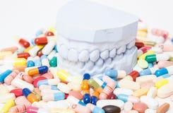 Obsada zęby wśród różnorodnych środków farmaceutycznych zdjęcie royalty free