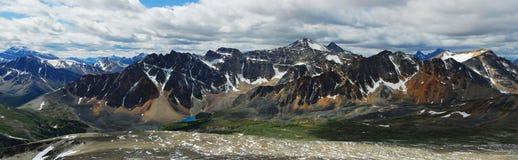 Obscurcissez les montagnes majestueuses Photos libres de droits