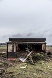 A obscuridade assustador velha abandonou casa suja destrutiva janelas quebradas fotos de stock royalty free