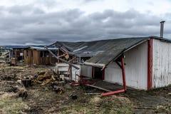A obscuridade assustador velha abandonou casa suja destrutiva janelas quebradas Imagem de Stock Royalty Free