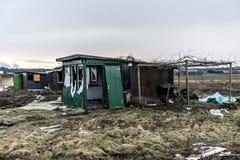A obscuridade assustador velha abandonou casa suja destrutiva janelas quebradas Fotografia de Stock Royalty Free