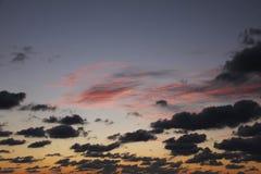 A obscuridade azul magenta de fascinação nubla-se o crepúsculo Imagens de Stock Royalty Free