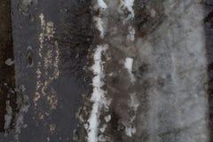 Obscuridade de derretimento à terra da neve - poça cinzenta Fotos de Stock