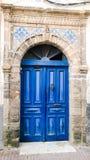 Obscuridade elegante - porta marroquina azul cercada com pedra, Essaouira, fotos de stock