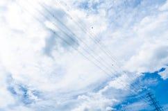 Obscuridade nebulosa - céu azul com pilões da eletricidade Fotografia de Stock Royalty Free