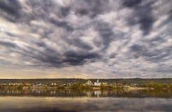 A obscuridade nubla-se o rio Foto de Stock Royalty Free
