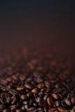 A obscuridade Roasted o papel de parede do café dos feijões de café com de cor castanha Fotografia de Stock