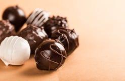 Obscuridade sortido, leite e doces de chocolate brancos imagem de stock