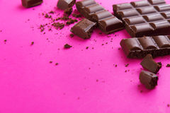 obscurité de chocolat cassée par bar image libre de droits