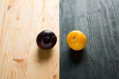Obscurité prunes jaunes Photographie stock
