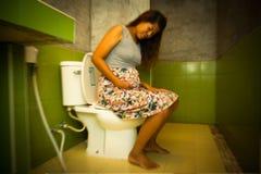 Obscuro da constipação nas mulheres gravidas, tom do vintage fotos de stock royalty free